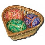Яйцо пасхальное деревянное корзина с тремя пасхальными яйцами